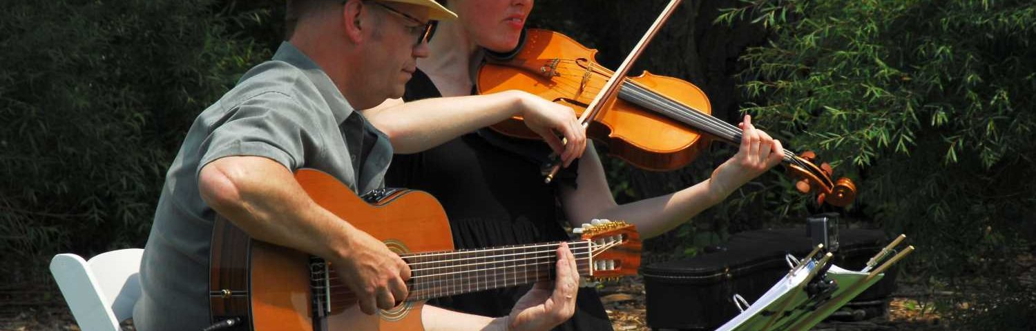 Classical Guitar and Fiddle playing an outdoor Winnipeg Wedding